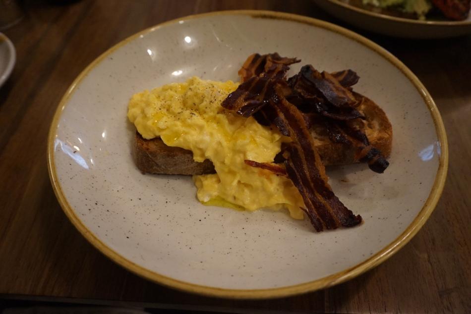 la esquina Huevos Revueltos con Bacon y Tomate Asado