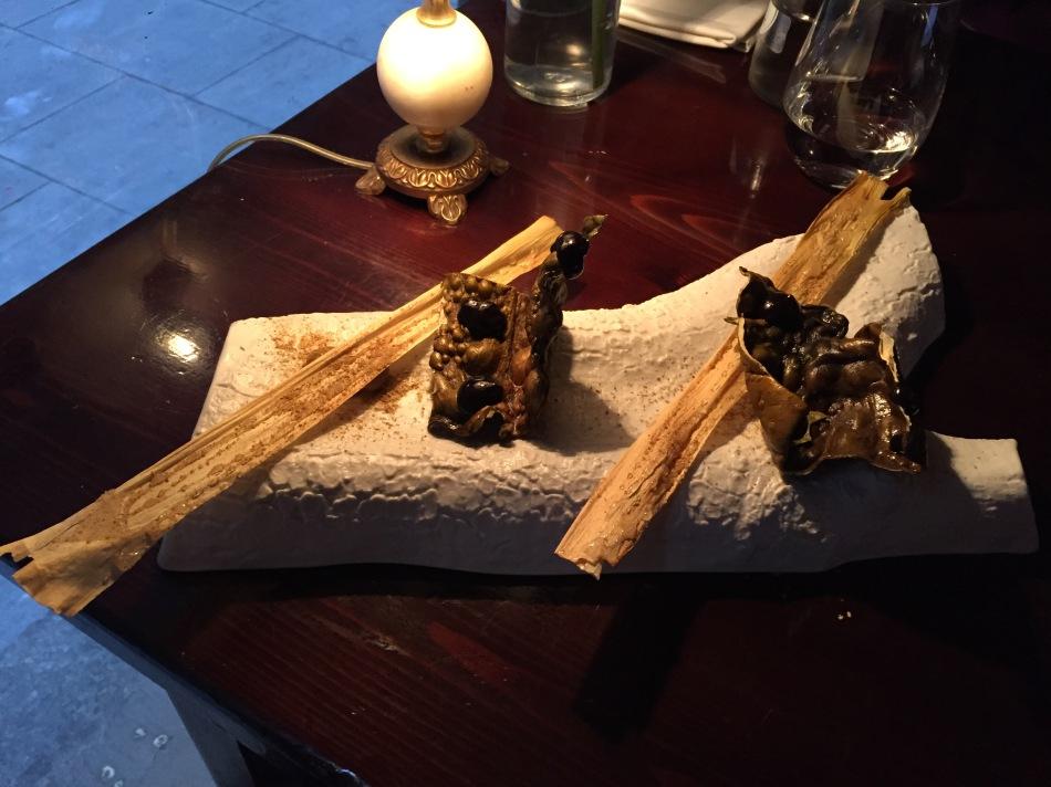 restaurante el pla Snak de cebolla y Snak Kombu con salsa de Ajo Negro.