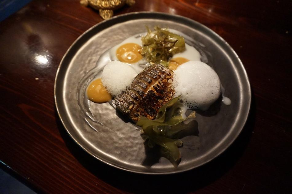 restaurante el pla Caballa ahumada con alga y espuma de mejillones.