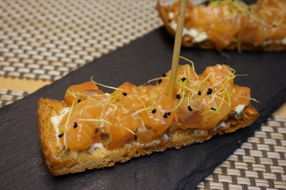 teleferic restaurant barcelona Base de crema de Mascarpone, salmón ahumado y germinados de cebolla.