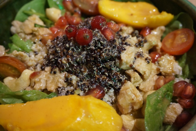 chaitea Ensalada de Espinacas, Quinoa, Anacardos, Carne de Soja, Kiwi, Granada Vinagreta de Pomelo y Salsa de Cacahuete