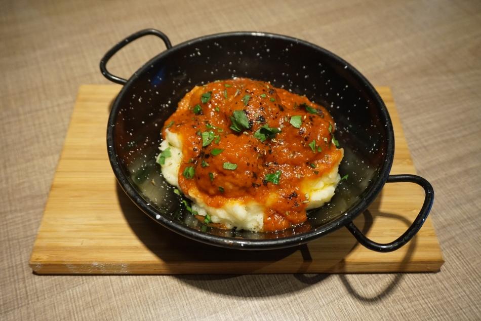 Gola Taperia Albóndigas de ternera y leche en salsa de tomate y orégano