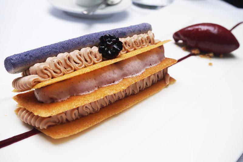 Le Petit Jardin restaurante Mille feuille de chocolat lacté et mûres fraiches